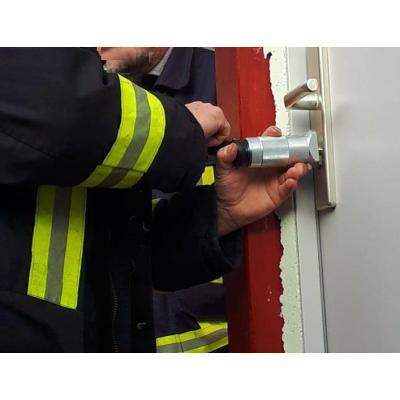 Notöffnung einer Tür - Demonstration durch die Freiwillige Feuerwehr Auerswalde